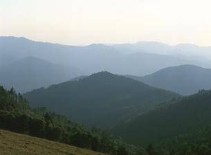 靄のかかる山並みの写真素材 [FYI02825369]