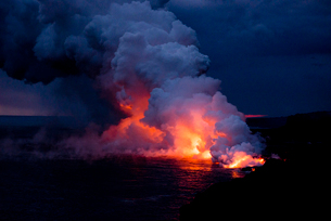 ハワイ島の海岸に流れる溶岩の写真素材 [FYI02825398]