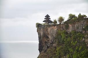 断崖絶壁の上に建つウルワツ寺院の写真素材 [FYI02825404]