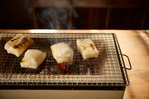 七輪で焼かれている4つの角餅の写真素材 [FYI02825419]