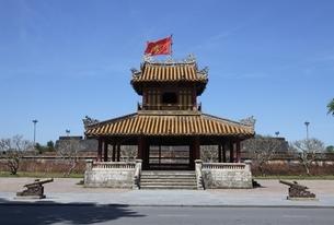 Phu Van Lau Pavilion, Vietnamese flag, cannons, Citadelの写真素材 [FYI02825431]