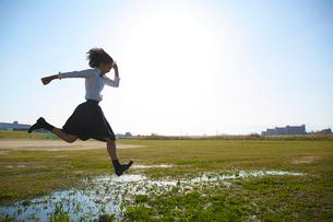 グラウンドを走る女子高生の写真素材 [FYI02825433]