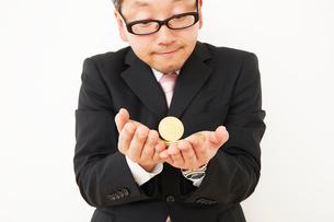 ビットコインを持ったスーツを着た男性の写真素材 [FYI02825443]