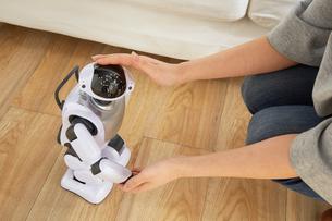 女性に頭を撫でられているロボットの写真素材 [FYI02825467]