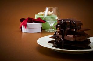 積み重なった板チョコをプレゼントボックスの写真素材 [FYI02825468]