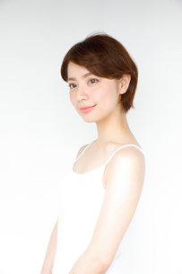 白いタンクトップを着た女性の写真素材 [FYI02825472]
