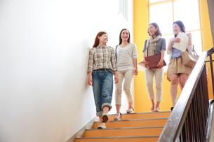 階段を下りる4人の女子大学生の写真素材 [FYI02825495]