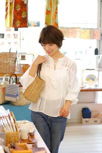 ショッピングをする女性の写真素材 [FYI02825496]