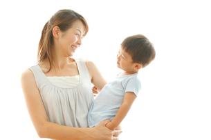 男の子を抱く母親の写真素材 [FYI02825497]