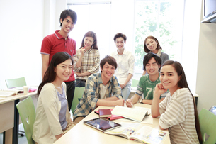 ゼミ教室で微笑む複数の男女大学生の写真素材 [FYI02825498]