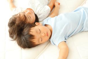 昼寝をする男の子と女の子の写真素材 [FYI02825499]