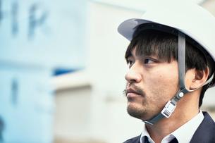何かを見つめているヘルメットの男性の写真素材 [FYI02825518]
