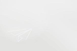 白い紙を切り抜いて作った紙ひこうきのイラスト素材 [FYI02825566]