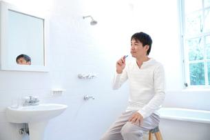 洗面所で歯を磨く30代男性の写真素材 [FYI02825590]