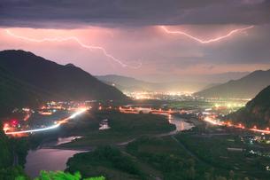 千曲公園から望む千曲川と上山田方向の夜景と雷の写真素材 [FYI02825597]