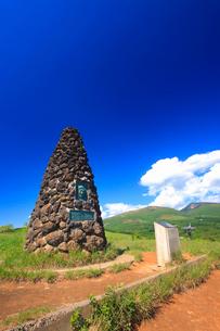 シュナイダー記念塔と根子岳と四阿山の写真素材 [FYI02825645]