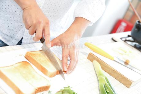 食パンを切る男性の手元の写真素材 [FYI02825657]
