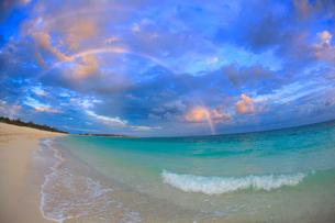 二重の虹とイーフビーチの夕景,魚眼の写真素材 [FYI02825664]