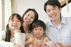 4人家族ポートレートの写真素材 [FYI02825691]