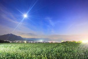 月夜の蕎麦の花畑と独鈷山と青木三山などの山並みの写真素材 [FYI02825743]