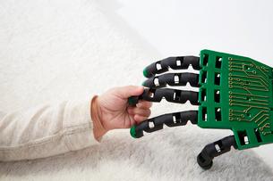 ロボットの手を握る赤ちゃんの手の写真素材 [FYI02825748]