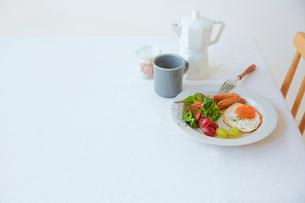ダイニングテーブルの上に置かれた朝食プレートの写真素材 [FYI02825753]