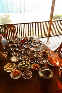 朝食が並ぶテーブルの写真素材 [FYI02825772]