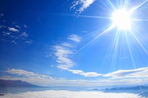 雲海と太陽と浅間山の写真素材 [FYI02825872]