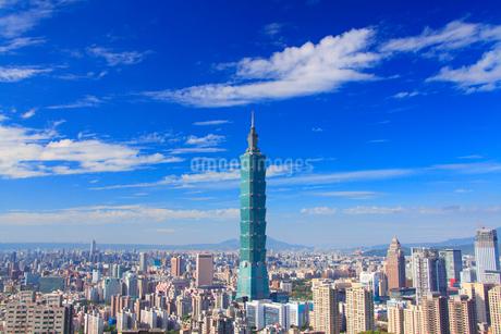 台北101などのビル群とすじ雲の写真素材 [FYI02825875]