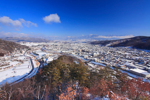 丸子城跡の二の丸から望む松本街道と丸子市街と烏帽子岳遠望の写真素材 [FYI02825885]