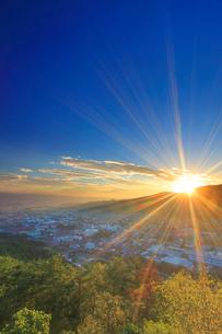 丸子城跡の二の郭跡から望む浅間山と丸子市街と朝日の写真素材 [FYI02825901]