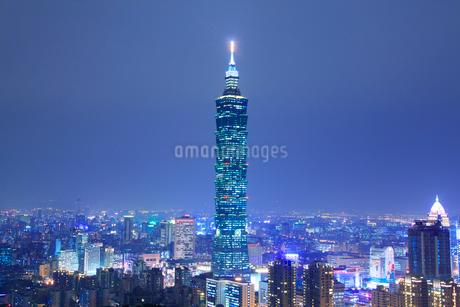 台北101などのビル群の夜景の写真素材 [FYI02825932]