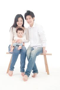 椅子に座る3人家族のポートレートの写真素材 [FYI02825938]