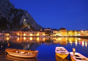 houses, castle, evening view, Omis, Dalmatia, Croatiaの写真素材 [FYI02825953]