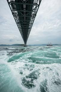 鳴門の渦潮と大鳴門橋の写真素材 [FYI02825965]