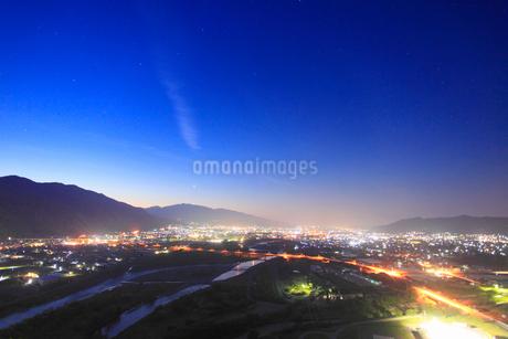 千曲公園から望む千曲川と上田市街と上田原古戦場の黎明の夜景の写真素材 [FYI02825989]