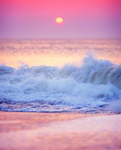 朝日と波しぶきの写真素材 [FYI02825993]
