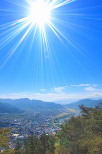 葛尾城跡から望む坂城町の街並みと千曲川の写真素材 [FYI02826074]