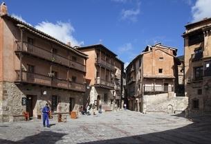 houses, Plaza Mayor, Albarracin, Aragon, Spainの写真素材 [FYI02826087]
