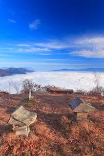夫神岳山頂の石宮と頸城アルプス方向の雲海の写真素材 [FYI02826170]