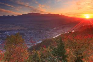 小牧城上の城から望む神川合戦地と烏帽子岳と浅間山と朝日の写真素材 [FYI02826172]
