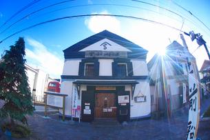 箱館高田屋嘉兵衛資料館と太陽の光芒の写真素材 [FYI02826194]