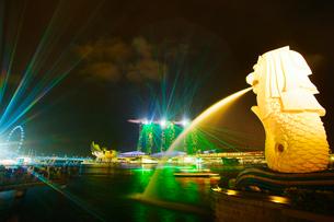 マリーナ・ベイ・サンズのワンダー・フルとマーライオンの写真素材 [FYI02826209]