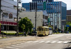 海峡通を走る函館市電の写真素材 [FYI02826314]