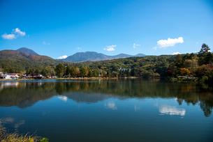 蓼科湖と八ヶ岳連峰の写真素材 [FYI02826339]