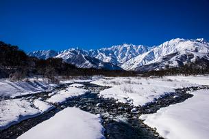 白馬村松川と北アルプス連峰の写真素材 [FYI02826401]