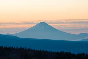 池のくるみより朝焼けの空に富士山の写真素材 [FYI02826454]