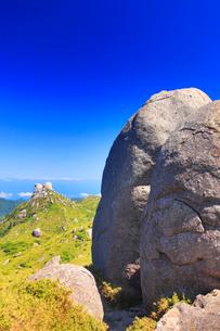 宮之浦岳直下の大岩と栗生岳と翁岳などの山並みの写真素材 [FYI02826477]