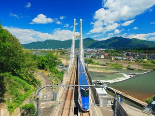 E7系北陸新幹線とハープ橋の写真素材 [FYI02826483]