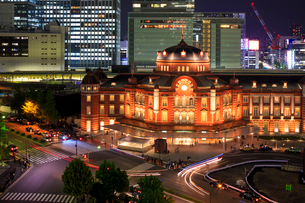 リニューアル後の東京駅 夜景の写真素材 [FYI02826506]